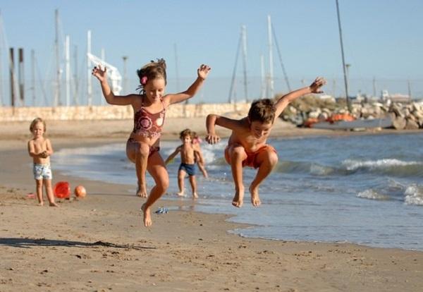 La Familia connor - Fiesta en la playa y chicos desnudos